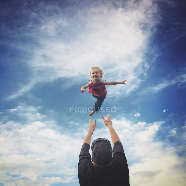Father throws up son in air — Stock Photo
