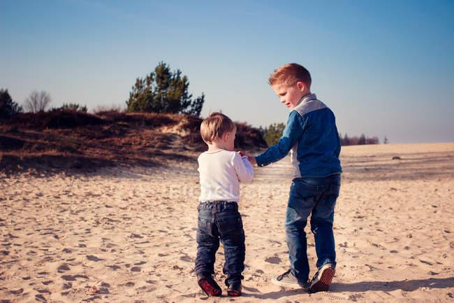 Dos chicos en la playa - foto de stock