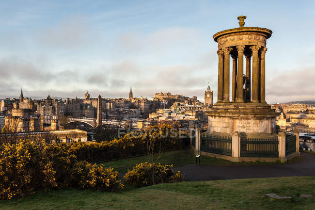 Dugald Stewart Monumento e da Cidade Velha de Edimburgo — Fotografia de Stock