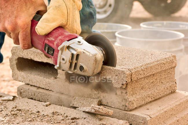 Bauarbeiter mit elektrischem Schleifwerkzeug — Stockfoto
