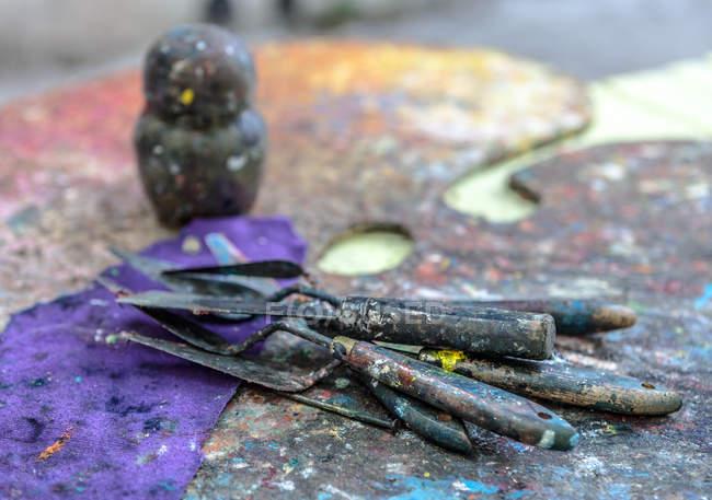 Палитра, ножи и инструменты — стоковое фото