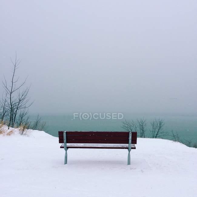 Bancada no penhasco na neve — Fotografia de Stock