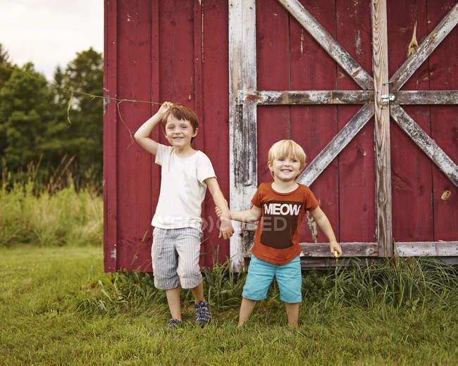 Dois meninos brincando em um jardim — Fotografia de Stock