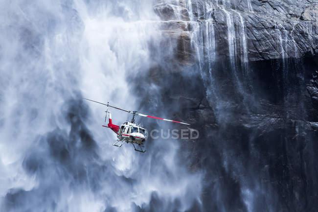 Hubschrauber in der Nähe von Yosemite Falls — Stockfoto