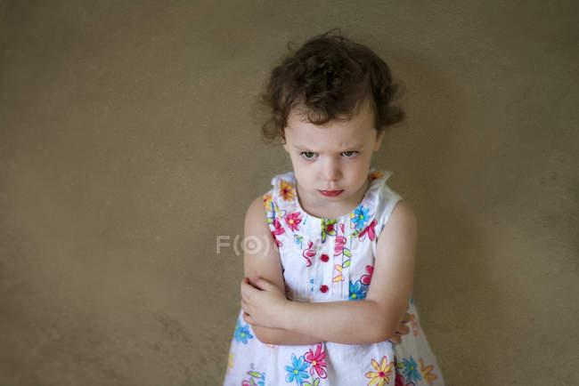 Сердитий дівчина стояла з обіймами перетнула — стокове фото