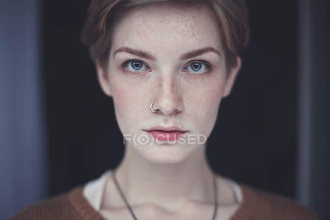 Portrait de femme avec des taches de rousseur — Photo de stock