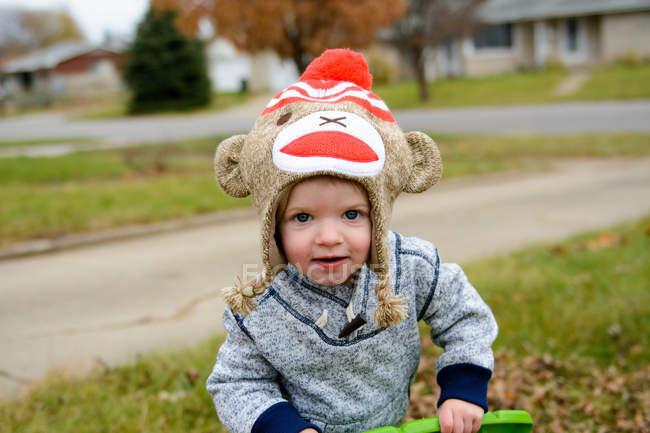 Мальчик играет на улице — стоковое фото