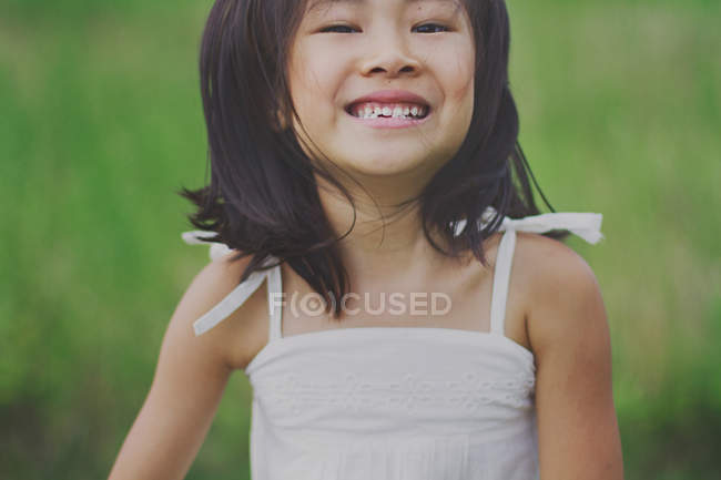 Menina sorridente, olhando para a câmera — Fotografia de Stock