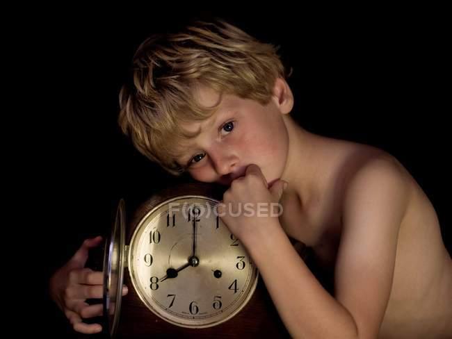 Niño con reloj antiguo - foto de stock