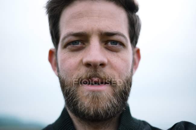 Homem com barba olhando para a câmera — Fotografia de Stock