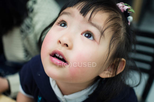 Young girl looking up — Stock Photo