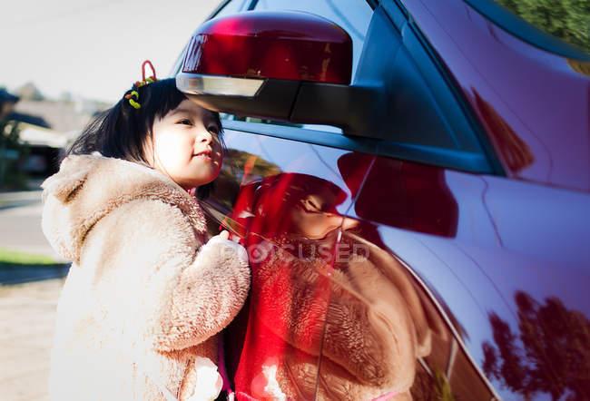 Mädchen auf der Suche im Außenspiegel — Stockfoto