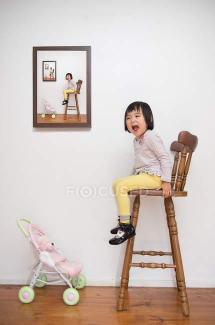 Молода дівчина, сидячи на табуретка — стокове фото