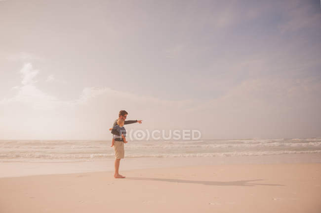 Dad and son on beach — Stock Photo