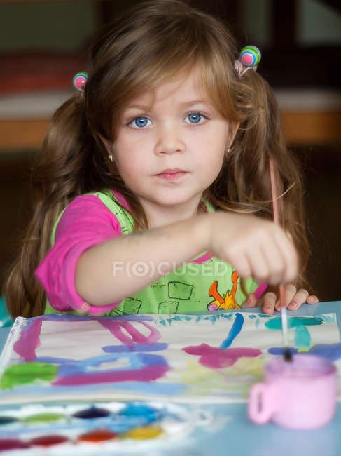 Chica pintando con acuarelas - foto de stock