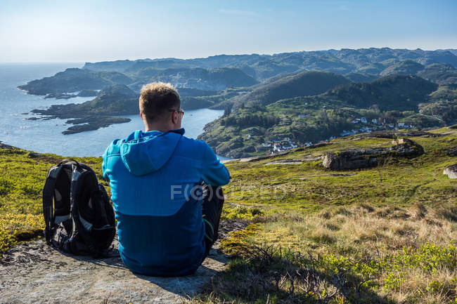 Man looking at landscape — Stock Photo