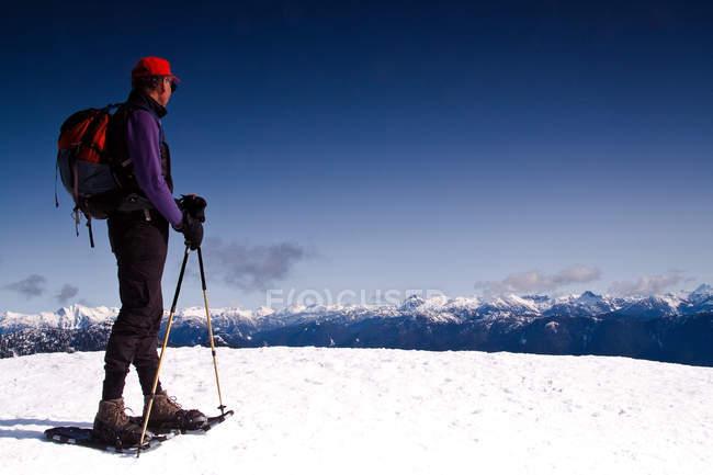 Чоловік, що стоїть на горі, дивлячись на вид — стокове фото