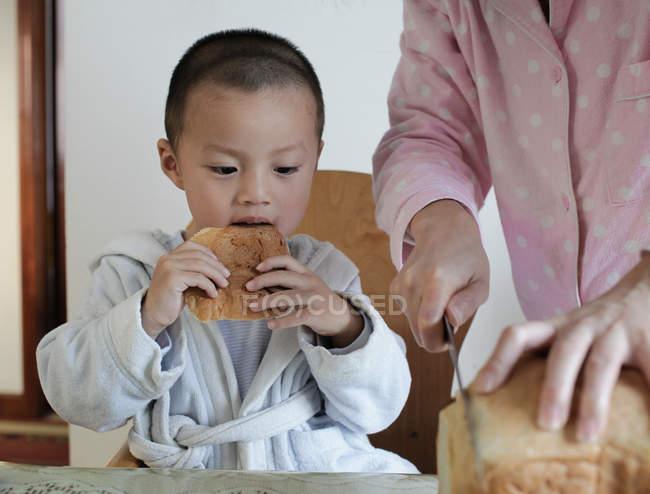 Мальчик ест завтрак — стоковое фото