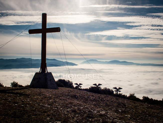 Croix au sommet de la montagne — Photo de stock