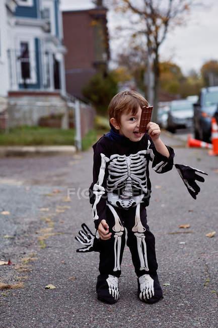 Улыбающийся мальчик в костюме скелета — стоковое фото