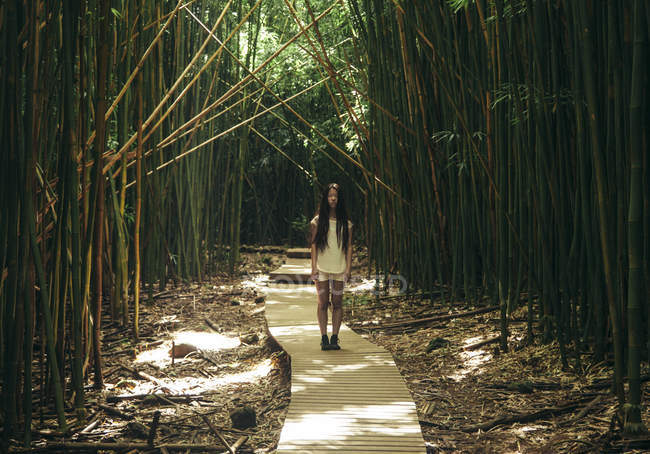 Fille dans la forêt de bambous — Photo de stock