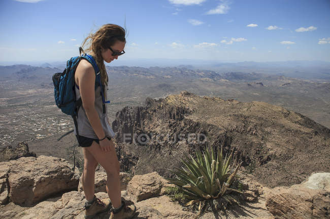 Woman on top of summit — Stock Photo