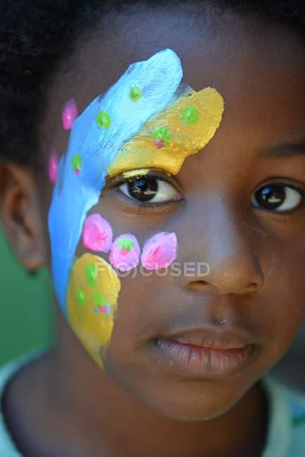 Fille avec de la peinture de visage — Photo de stock