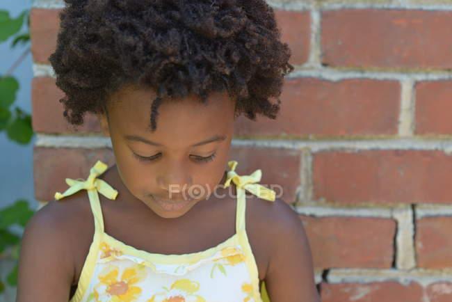 Девушка смотрит вниз — стоковое фото