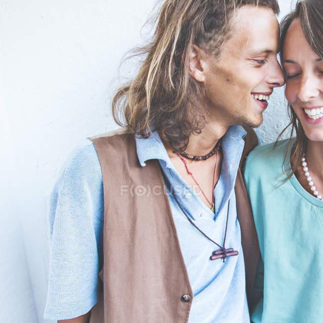 Junges heterosexuelles Paar verliebt — Stockfoto