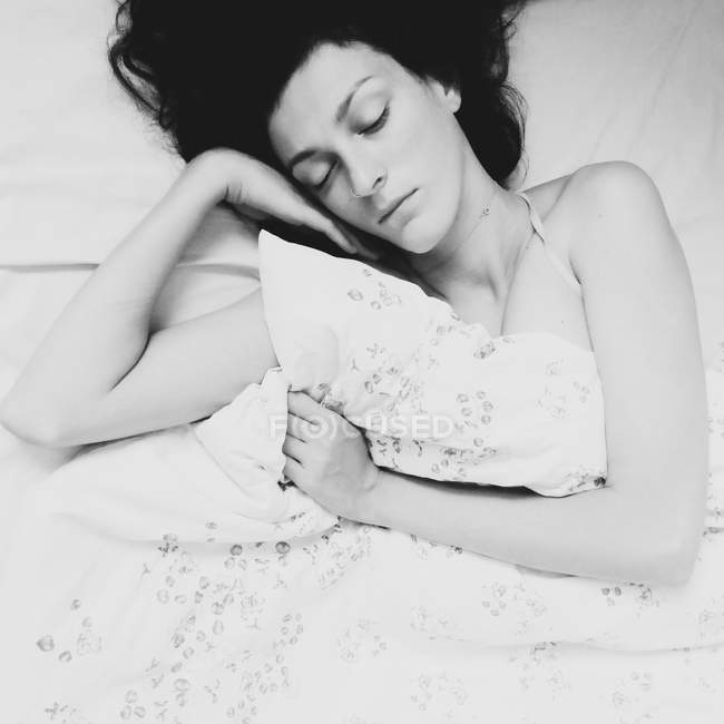 Donna addormentata sdraiata a letto — Foto stock