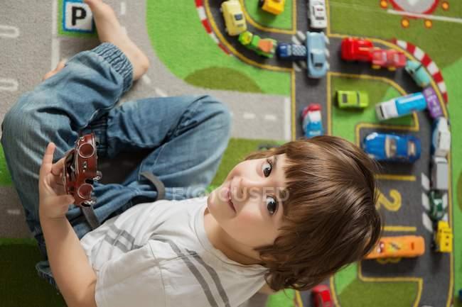 Chico jugando con coches - foto de stock
