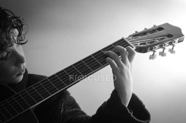 Boy playing guitar — Stock Photo
