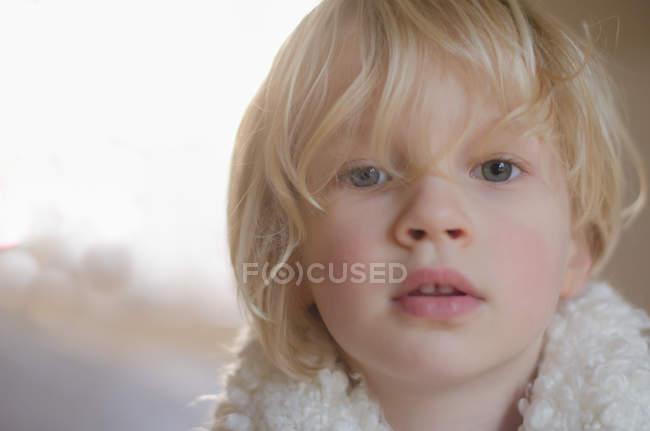 Rapaz, olhando para a câmera — Fotografia de Stock