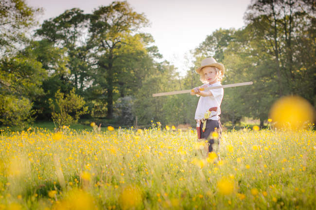 Молодий хлопчик грає у лузі — стокове фото