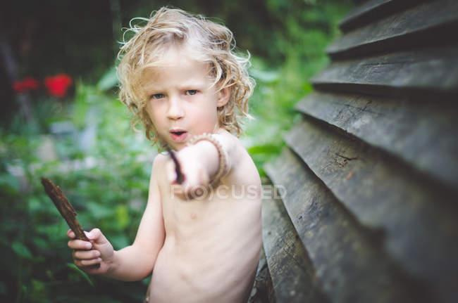 Хлопчик грає в саду — стокове фото