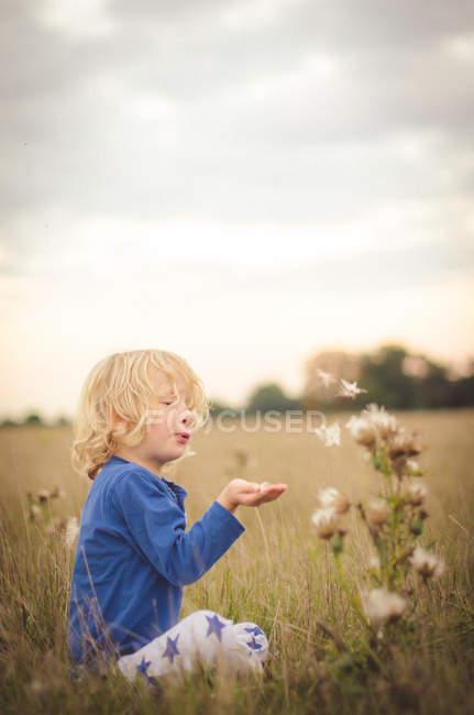 Jovem no campo — Fotografia de Stock