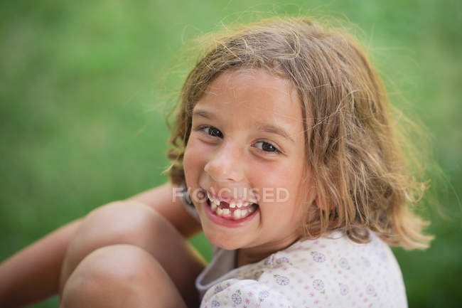 Girl smiling with missing tooth — Stock Photo