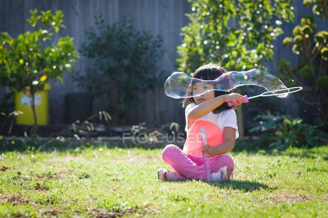 Chica jugando con jabón sud - foto de stock