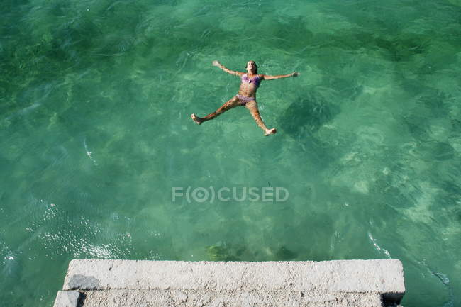 Woman relaxed and enjoyed swimming in sea — Stock Photo