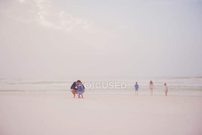 Family derive pleasure of pastime on beach — Stock Photo