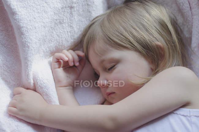 Kleine Mädchen schlafen süßer Traum — Stockfoto