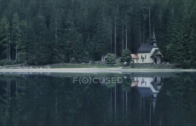 Церква на озері Prags — стокове фото