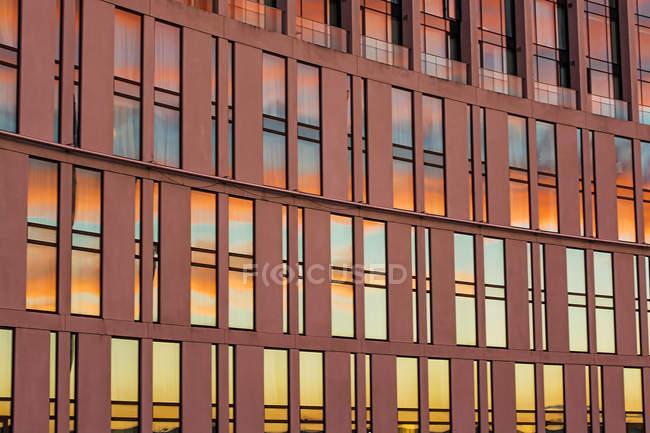 Будівля з захід сонця, відображені в windows — стокове фото