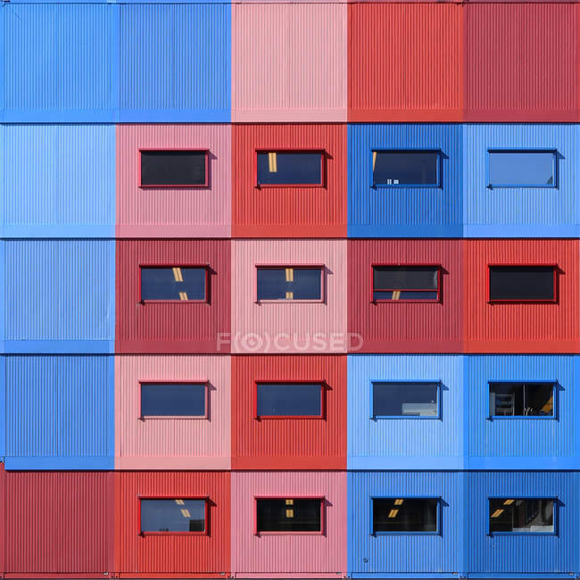 Modèle de conteneurs empilés multicolores — Photo de stock