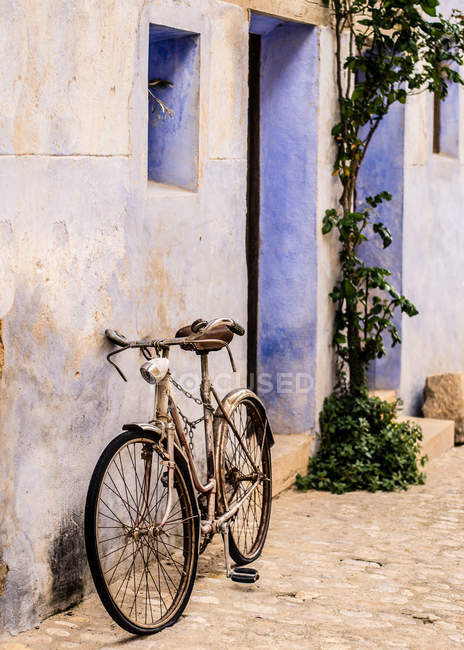 Bicycle leaning against wall — Stock Photo
