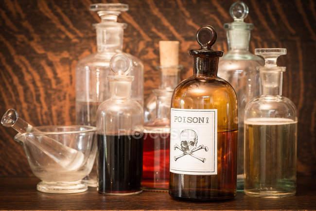 Bottiglie di vetro con etichetta di veleno liquido mortale — Foto stock