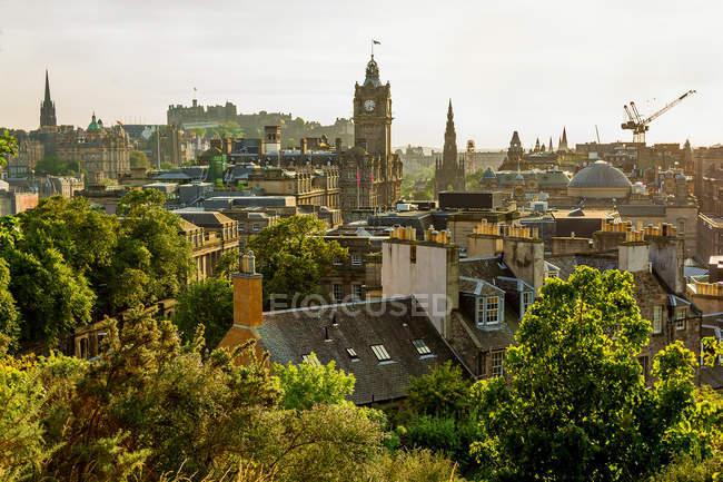 Підвищені видом на міський пейзаж дахи — стокове фото