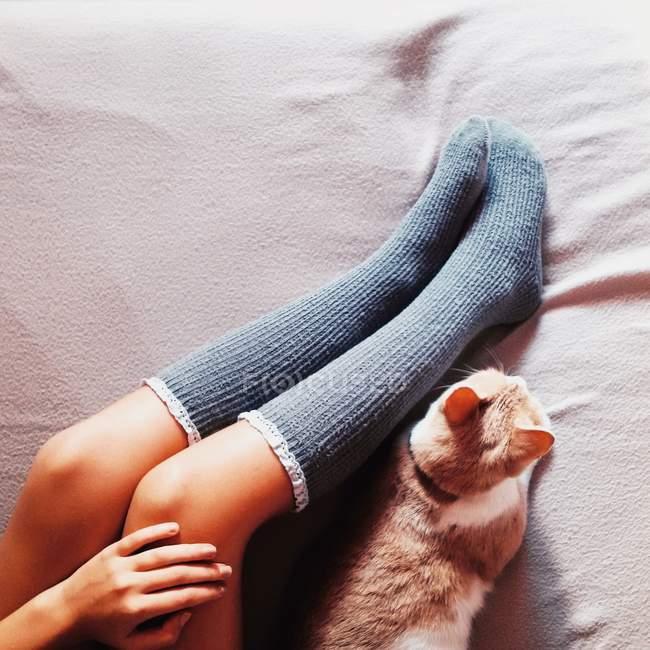 Женские ноги в длинных носках — стоковое фото