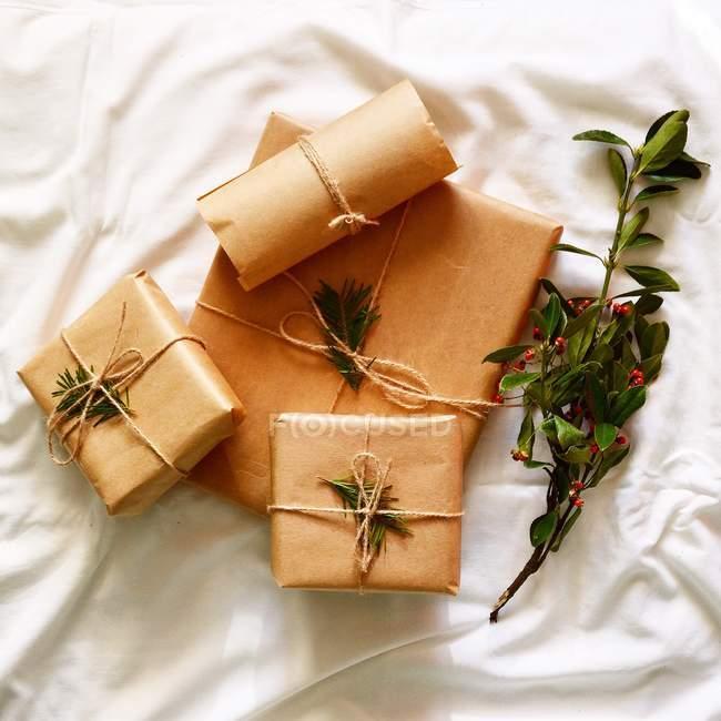 Regalos de Navidad en papel - foto de stock