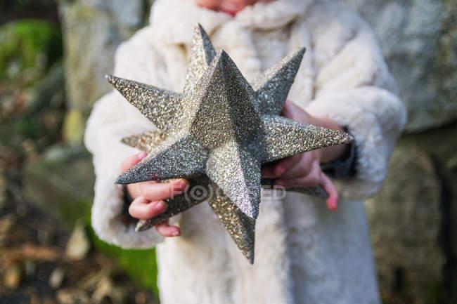 Chica sosteniendo estrellas cubierto - foto de stock